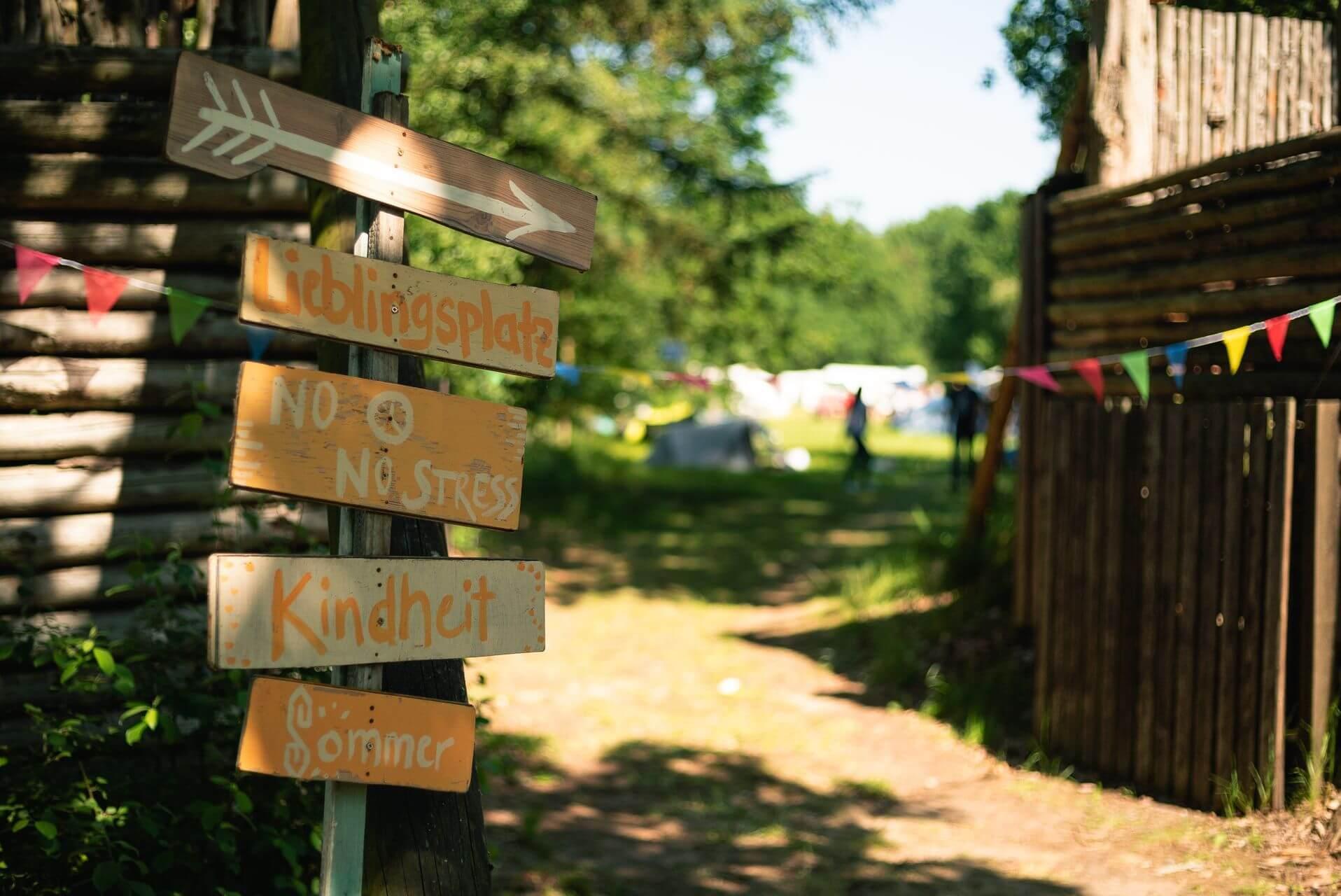 Willkommen bei SOMMERJUNG, dem Ferienlager für Erwachsene, dem Lieblingsplatz der Kindheit