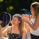 Haare flechten bei SOMMERJUNG, dem Ferienlager für Erwachsene