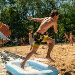 Waterslide-Brennball bei SOMMERJUNG, dem Ferienlager für Erwachsene