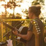 Livemusik am Strand während des Sonnenuntergangs bei SOMMERJUNG, dem Ferienlager für Erwachsene