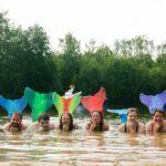 Meerjungfrau-Schwimmen im Mermaid-Kurs bei SOMMERJUNG, dem Ferienlager für Erwachsene