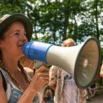 Ansagen mit Megafon bei SOMMERJUNG, dem Ferienlager für Erwachsene