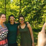 Mit Freunden Polaroid Fotos schießen bei SOMMERJUNG, dem Ferienlager für Erwachsene
