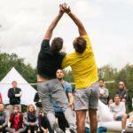 Sportliche Colorgames mit Zweifelderball bei SOMMERJUNG, dem Ferienlager für Erwachsene