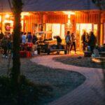 Abendstimmung vor der Dining Hall bei SOMMERJUNG, dem Ferienlager für Erwachsene