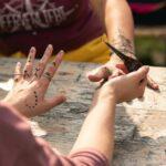 Tattoos malen mit Henna bei SOMMERJUNG, dem Ferienlager für Erwachsene