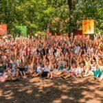 Gruppenfoto aller Teilnehmer bei SOMMERJUNG, dem Ferienlager für Erwachsene