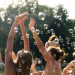 Seifenblasen und gute Laune bei SOMMERJUNG, dem Ferienlager für Erwachsene