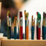 Pinsel zum kreativ werden bei SOMMERJUNG, dem Ferienlager für Erwachsene