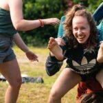 Akrobatische Bewegungen bei SOMMERJUNG, dem Ferienlager für Erwachsene