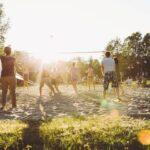 Beachvolleyball spielen bei SOMMERJUNG, dem Ferienlager für Erwachsene