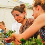 Blumenkränze flechten bei SOMMERJUNG, dem Ferienlager für Erwachsene