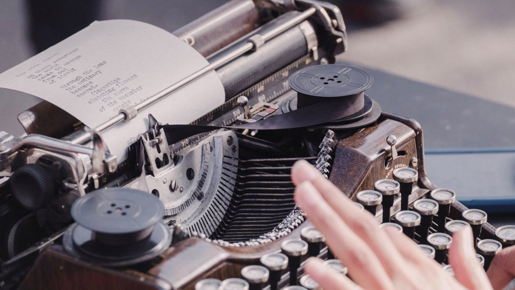 Schreibmaschine Typewriter bei SOMMERJUNG, dem Ferienlager für Erwachsene